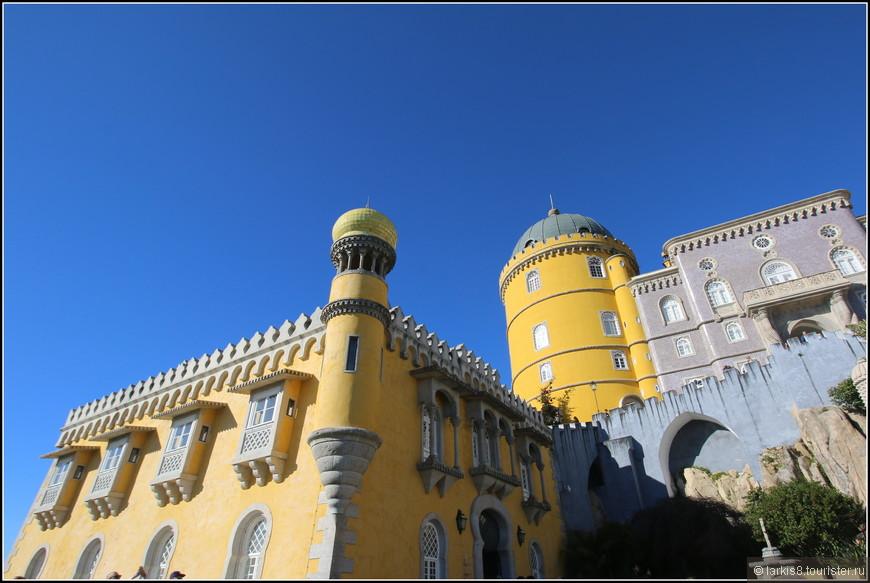 А вот и дворец королевы с башенкой, на которой она ждала своего короля с охоты, вглядываясь в дальние дали.