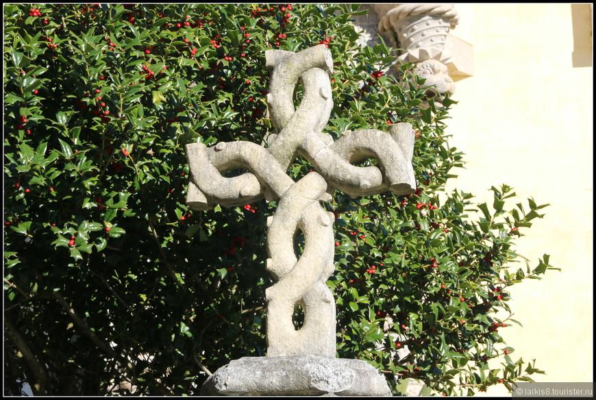 Охраняет покой замка сказочный заплетенный крест.