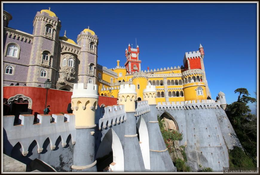 Дворец поражает своей красочным видом.