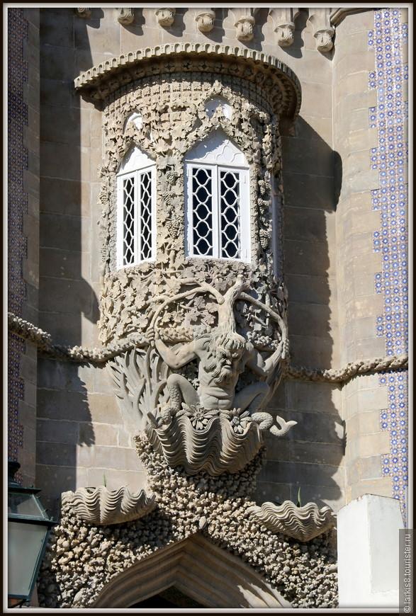 А что это за волшебный хранитель замка, сидящий в морской раковине с чудесным деревом на плечах?