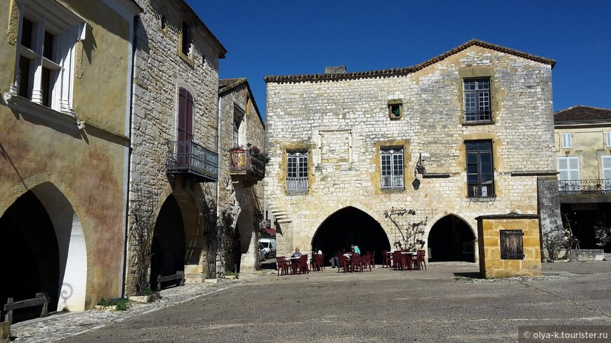Бастида Монпазье (XIV в.) Рыночная площадь с аркадами. Справа - колодец.