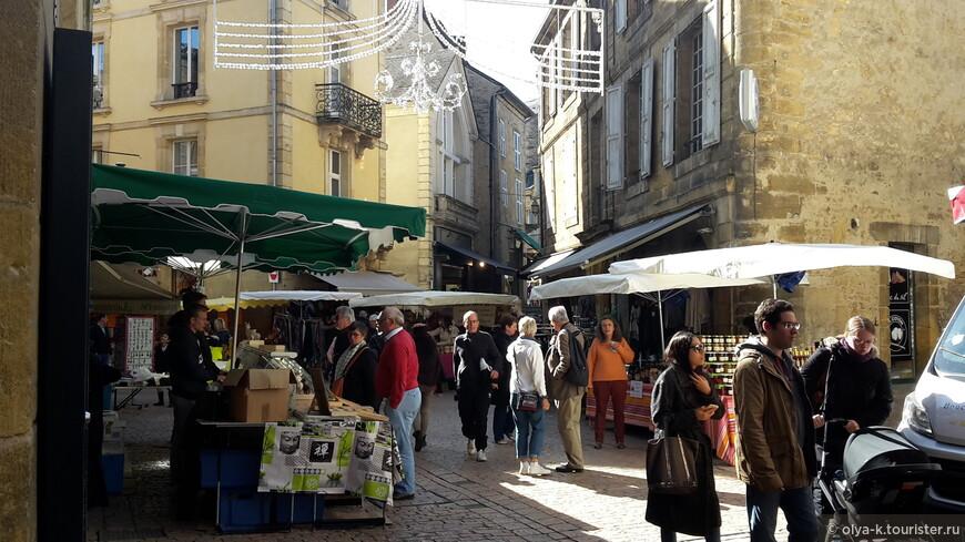 Рынок в Сарла - одна из главных его достопримечательностей.