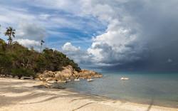 Шторм, вызвавший жертвы среди населения, движется на юг Таиланда