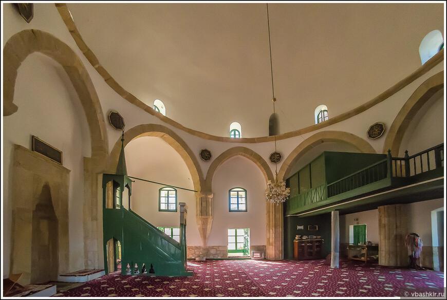 Интерьер мечети Хала Султан Текке.