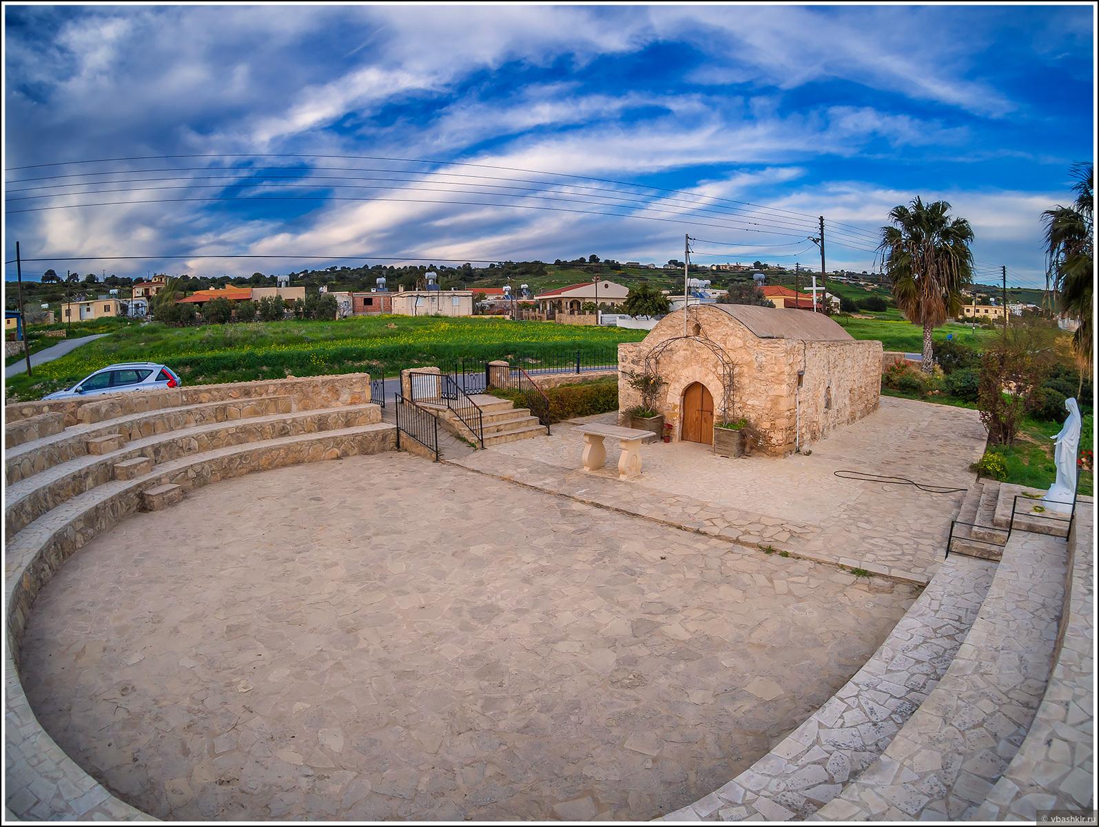 Церковь Панагиас 15-ого века в Кормакитисе (Коручам). Первый раз встретили такой амфитеатр перед церковью!, Весенний Кипр