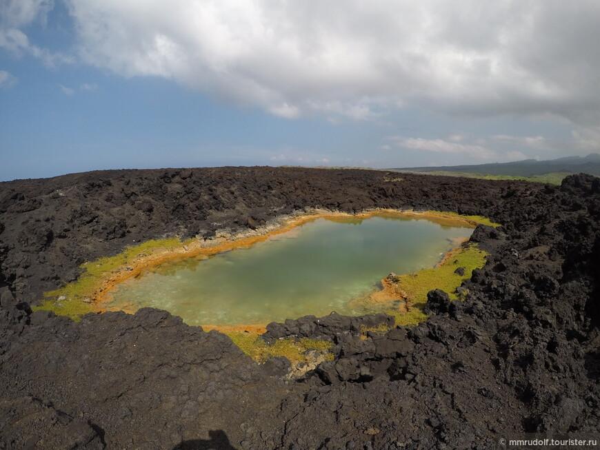 """высыхающее солёное озеро посреди лавы по дороге к """"Аквариуму"""""""