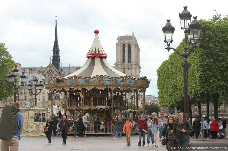 Париж.  Площадь Отель де Вилль. В 1792 году именно здесь поставили первую во Франции гильотину. Закон, принятый годом ранее, предполагал вначале ее использование для казни уголовных преступников. Впоследствии она заменила все иные способы. Этот зрелищный и жестокий способ просуществовал без малого 200 лет: вплоть до отмены в 1981 году.