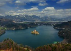 Это снято с самой верхней точки 685 метров, Mala Osojnica .   (Кому интересно расскажу, как туда добраться) Дневной снимок.