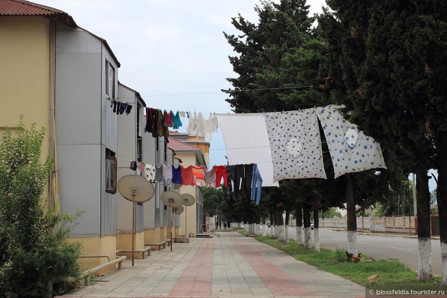 Проведя бессоную ночь в Баку на скамеечке, рано утром мы отправились на автовокзал и наконец приехали в город Астара - на иранскую границу.