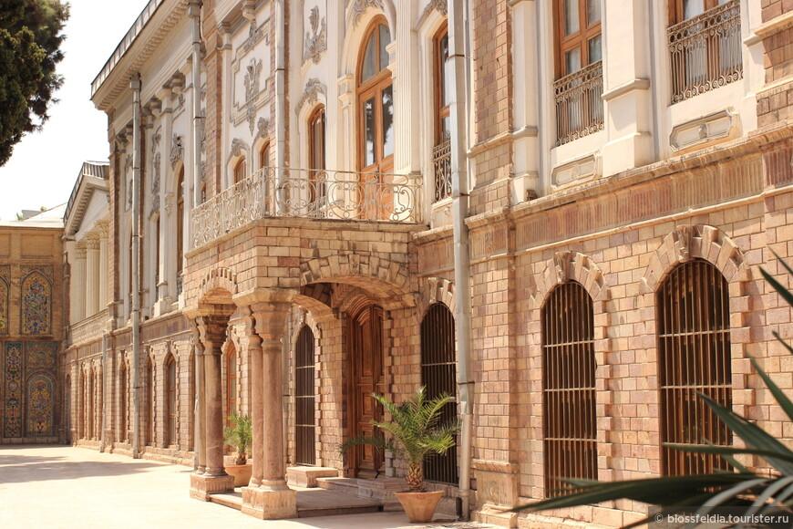 Дворец Голестан. Там есть прекрасное кафе. Без ледяного мохито дворец не осмотреть - слишком жарко.