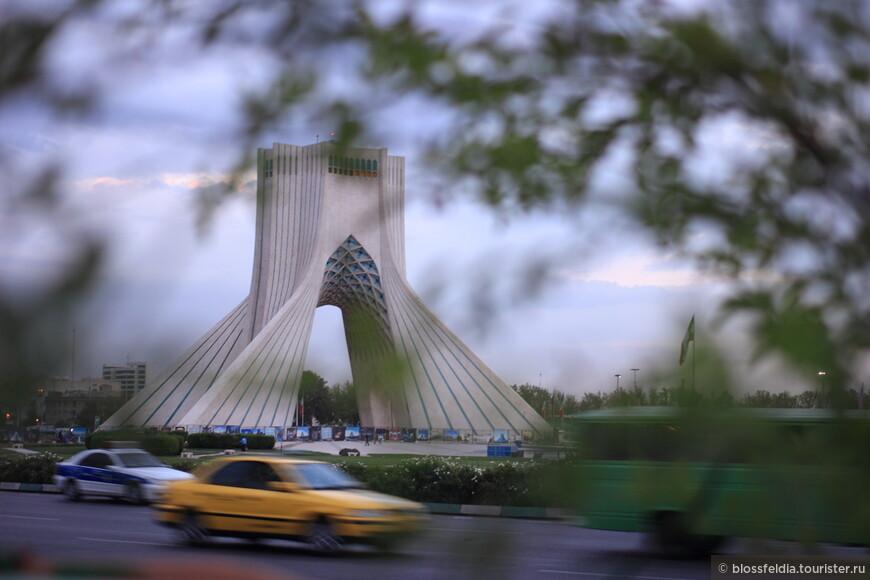 Ранним утром прибыли в Тегеран. Скажу по секрету, сэкономить время и деньги помогли нам ночные переезды. Это была вторая ночь в транспорте.