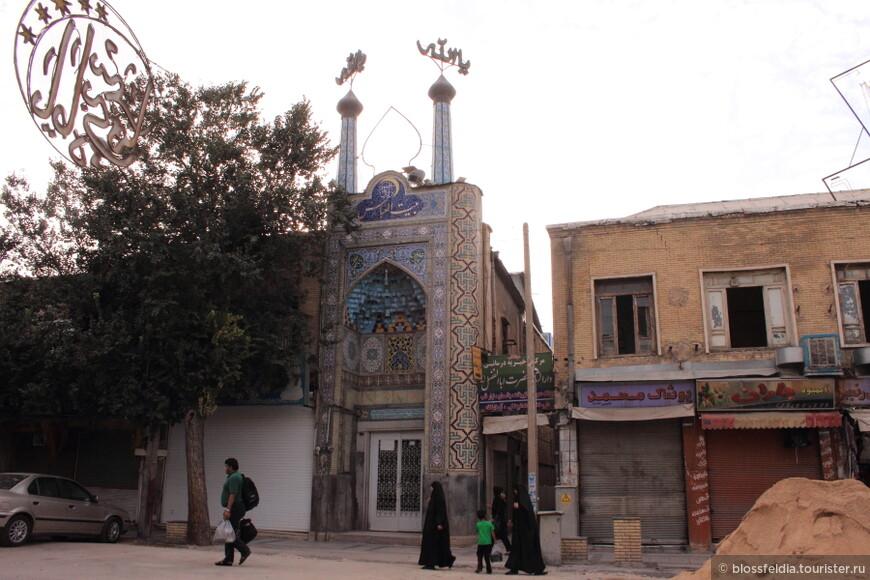 Мечеть в Ширазе. Все мечети, к сожалению, обойти не удалось - не было времени. С утра спешили в  Персеполь