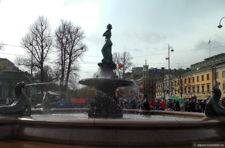 Празднование начинается накануне — 30 апреля. Центром действия становится фонтан Хавис Аманда на рыночной площади Кауппатори. На голову морской красавице – русалке — водружается традиционная студенческая фуражка. К сожалению, мы этого не застали — запоздали.