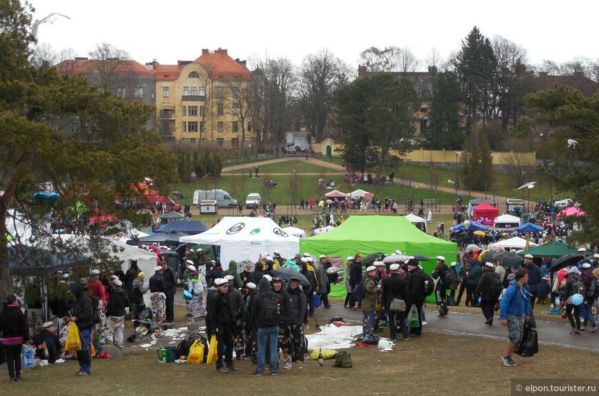 В Хельсинки вошло в традицию собираться с друзьями на первомайские пикники в парке Кайвопуйсто. И даже холодная, слякотная погода – не помеха – мы сами смогли убедиться в этом, с трудом пробираясь между многочисленными студенческими павильончиками и бивуаками.