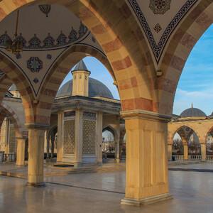 Красивая галерея, ограничивающая периметр двора мечети.