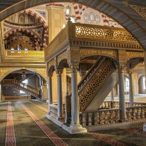 Все полы мечети покрыты мягким ковровым покрытием.  Интерьеры,  декорированные белоснежным мрамором, смотрятся роскошно.Расписывали мечеть мастера из Турции.