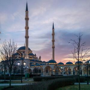 Вечер подарил шикарный закат и удивительно фотогеничную мечеть хотелось снимать и снимать с разных ракурсов.