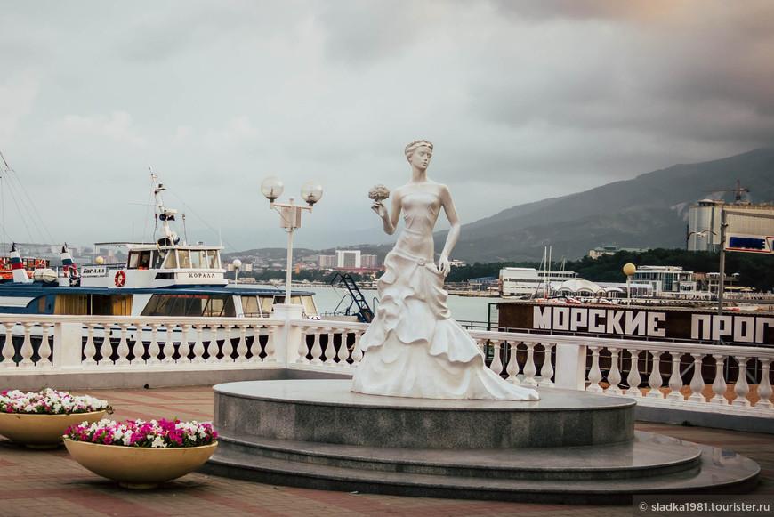 Одна из самых прекрасных скульптур, которая стала символом Геленджика — Белая невесточка.