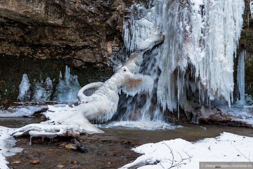 Водопады Руфабго.  Бродили там,  куда обычно туристы не доходят из-за труднопроходимости. В награду  - вот такое ледяное Чудо-Юдо.  Водопады - визитная карточка Адыгеи.  В мае там красиво,  но зимой всё преображается до неузнаваемости.