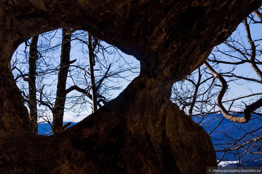 Недалеко от хребта Уна-Коз ( Чёртов палец) много пещер и вот таких дивных окон в Мир.