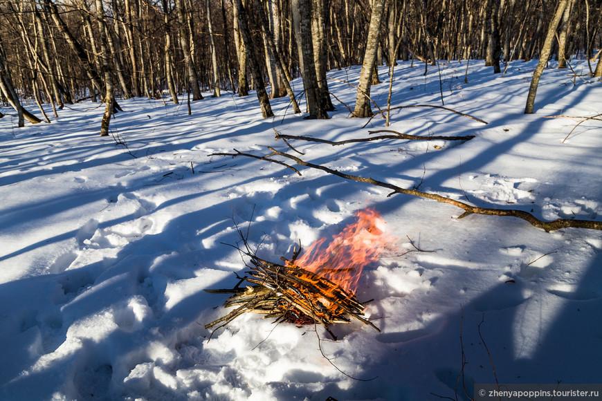 Без костра на снегу нет романтики!