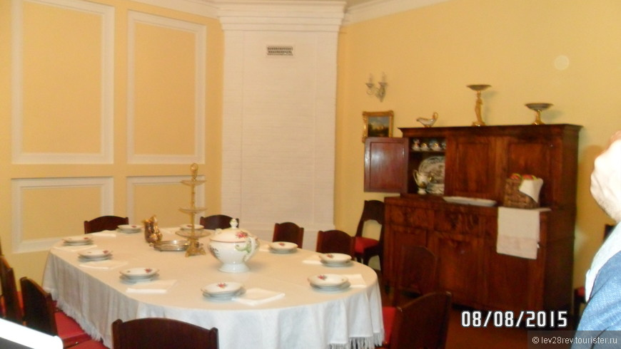 В доме музее П.И. Чайковского. Столовая. За этим столом собиралась семья композитора. Здесь прошли его детство и юность