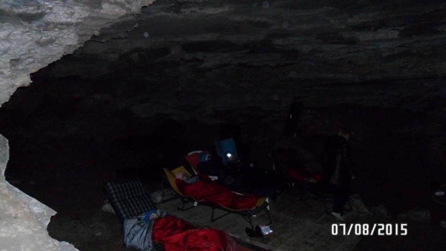В пещере можно принимать родоновые ванны. Одежду и лежаки выдают прямо в пещере. Если помните, в начале своего рассказа о походе в пещеру я писала, что пошла в нее прилично больной. Экскурсовод во время экскурсии говорила, что воздух пещеры очень полезен для людей с легочными заболеваниями. Каково же было мое удивление, когда в середине экскурсии по пещере у меня как будто открылось второе дыхание, слабость куда то исчезла. Вышла я из Кунгурской пещеры практически здоровой. Вот такие чудеса творит Кунгурская пещера!