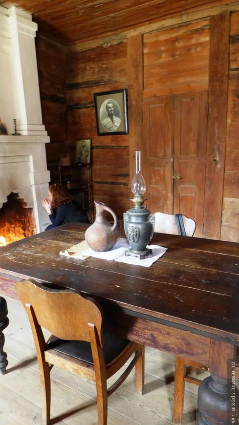 """В нём, в отличие от первого дома, уже три комнаты. Это как сейчас бы назвали  """"гостиная"""". У нас дома есть таких 2 глиняных кувшина для вина от предков )"""