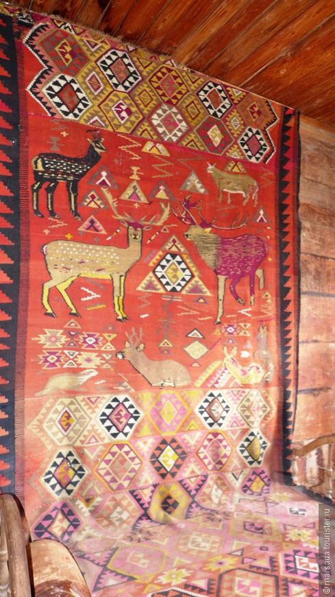 Традиционный грузинский ковёр, орнамент с оленями. Он переходит на кровать и служит с условным матрасом.
