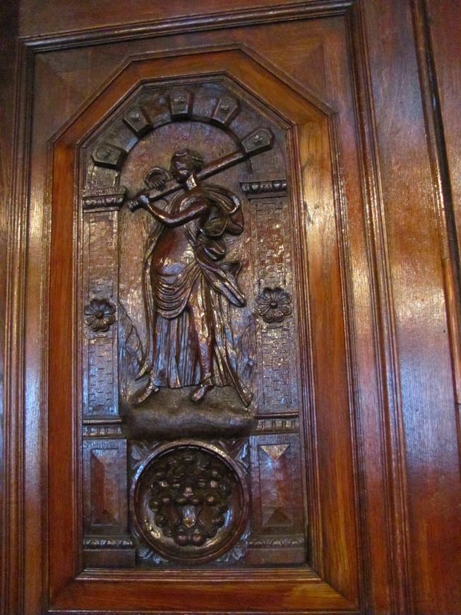 Фрагмент дверей читального зала