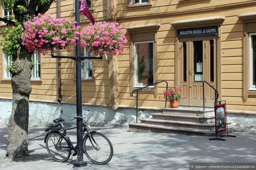 Дом-музей Волкова – это старинный деревянный купеческий дом, строившийся на протяжении многих лет: с 1826 по 1905 г. в центре Лаппеенранты, рядом с городской ратушей.