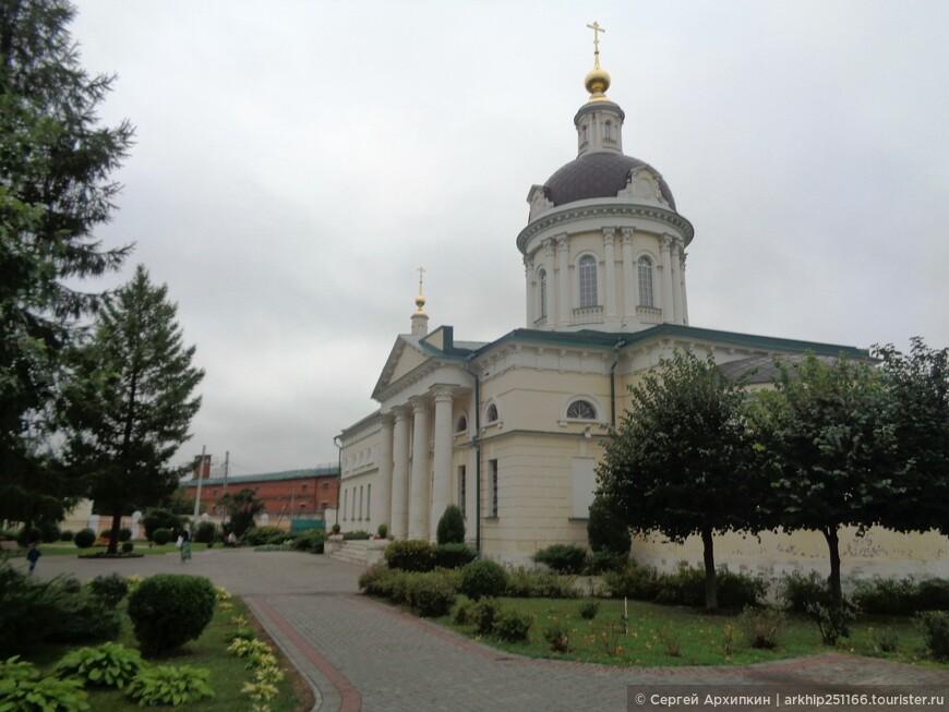 Все дороги ведут к главной достопримечательности города к  его Кремлю- возле которого расположился вот этот собор - церковь Михаила Архангела -это самый большой храм Коломны и построен он был в конце 18 века.