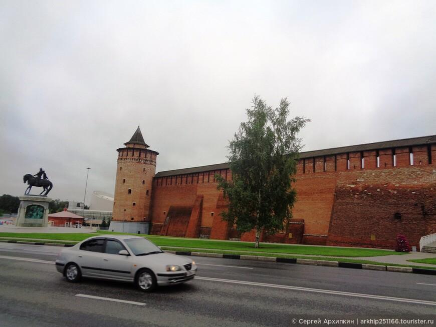 Через улицу Октябрьской революции уже видим Кремль