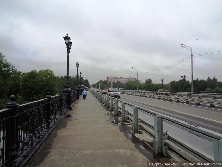 Здесь же рядом протекает река Коломенка через которую перекинут мост