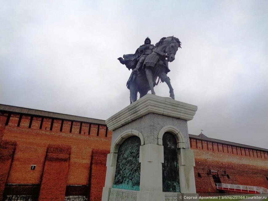 Перед Кремлем памятник Дмитрию Донскому- который первый вступил в открытую войну с тогда еще непобедимой Золотой Ордой