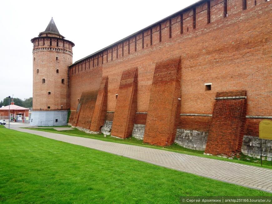 Кремль состоял из 17 башен- к сожалению сохранилось всего 7 башен, в том числе и самая красивая - Коломенская. а на фото Маринкина башня. Ее высота 31 метр
