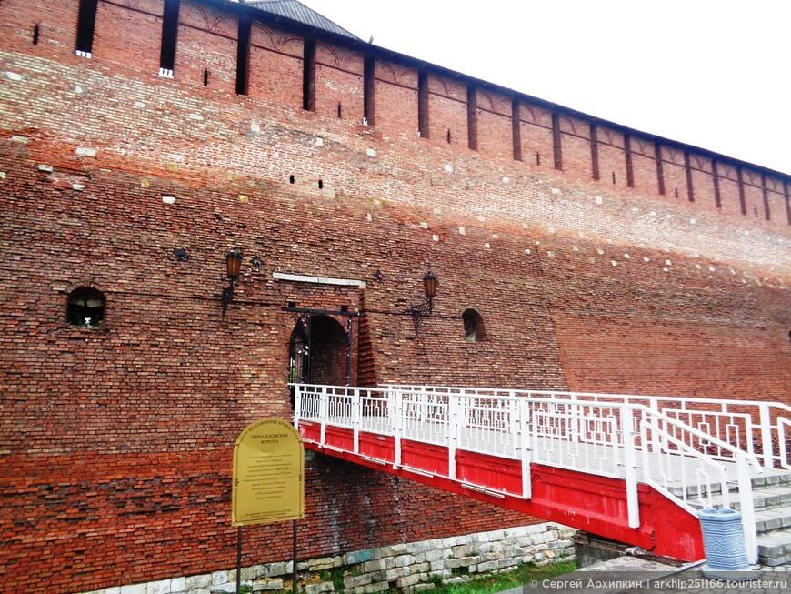 Толщина стен - 4,5 метра, высота 21 метр. В стене Михайловские ворота через которые можно войти внутрь крепости