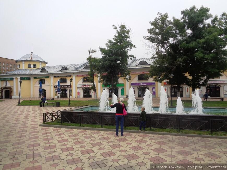 Вот у этого сквера с фонтаном - Первомайский проспект заворачивает на север и становится -Соборной улицей