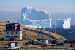 Айсберг стал достопримечательностью острова в Канаде