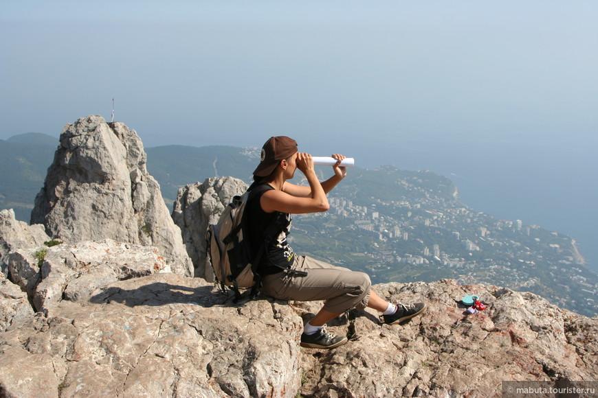 Праздный отдых быстро наскучивает, и мы отправляемся в горы. Зубцы Ай-Петри. Мне кажется, к ним можно подниматься бесконечно. «Нет, не виден берег Турецкий».