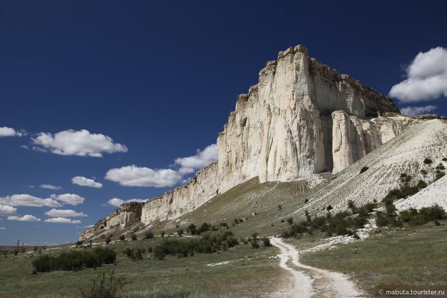 Этот исполин менее всего доступен для посещения, поскольку требует отдельной поездки на авто из Симферополя. Белая скала (Ак-Кая) под Белогорском. Очень кинематографическое место. Скалистый утес вздымается над долиной на 150 м. Учитывая, что у подножья скалы располагается конный клуб с верховыми экскурсиями на вершину, придется возвратиться в эти места еще раз.