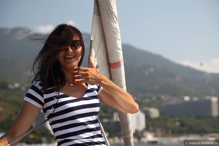Почему так довольна? Да, просто морская прогулка  на рекламной яхте клуба «Apelsin» под диджейские сеты в сопровождении девушек go-go в купальниках. Море музыки, позитива, солнца и ныряние с борта яхты в морскую пучину. Не имей 100 рублей, а имей 100 друзей!