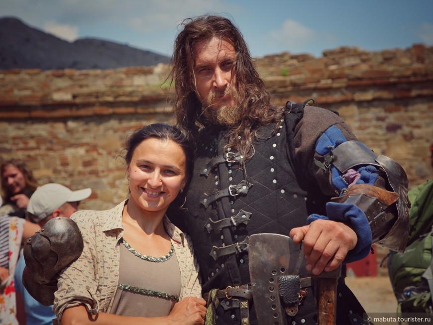 Судак. В сентябре в стенах крепости проходит международный фестиваль «Генуэзский шлем».  у зрителей есть возможность посмотреть рыцарские сражения в естественных декорациях.