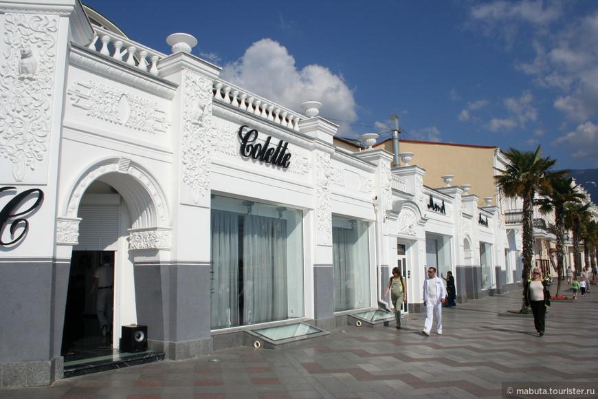 Помпезные бутики придают определенный шик и респектабельность набережной Ялты.