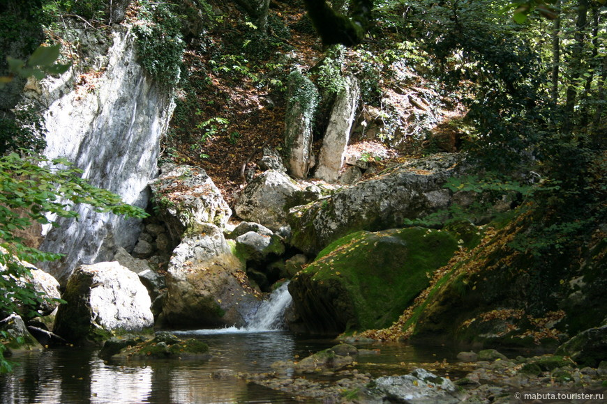 Еще одно место обязательного посещения: Большой каньон Крыма. Это огромное ущелье, образованное в северном склоне главной гряды Крымских гор. Протяженность  - 6 км. Река, протекающая по дну ущелья, образует многочисленные ванны, водопады и пороги.