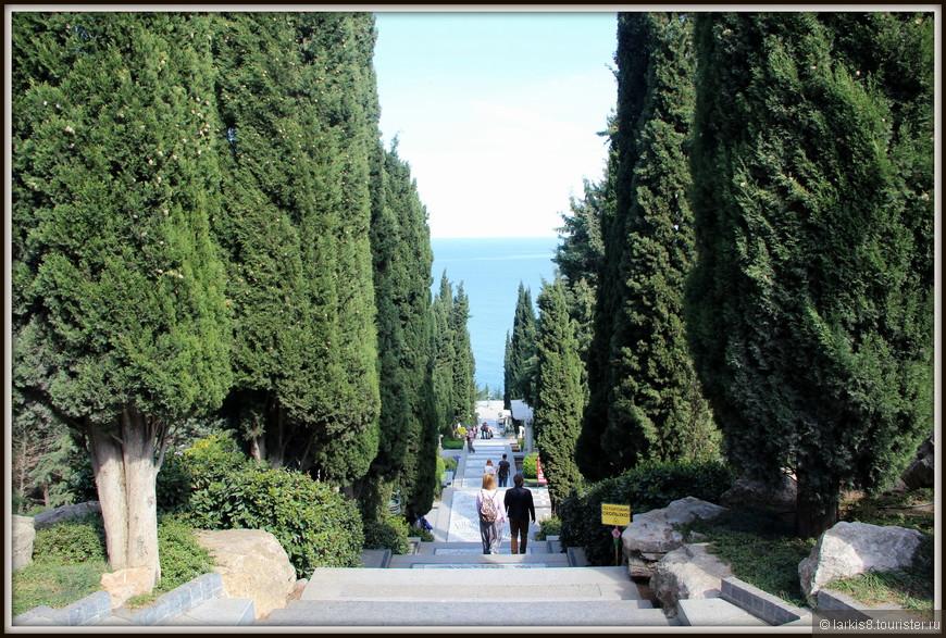 """От входа в парк вниз ведет шикарная """"лестница Раевского"""" , ступени которой выложены красивой мозаикой в греческом стиле. Высокие кипарисы окружают тебя с двух сторон, как караульные."""