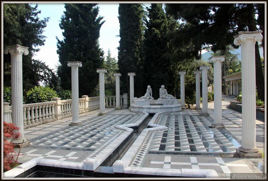 Парк оформлен в классическом стиле. Многие места с греческими мотивами.