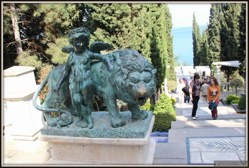 """Всегда найдется скульптура """"на счастье"""" у которой люди натирают зачем-то какую-то часть. В парке натирают носы льву и девочке-ангелочку."""