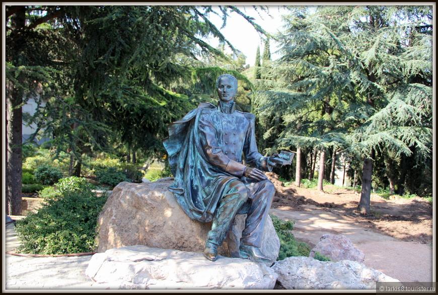 В тени хвойных деревьев, которых в парке более 6,5 тысяч (а всего деревьев около 15 тысяч) на камне присел бронзовый Лермонтов.
