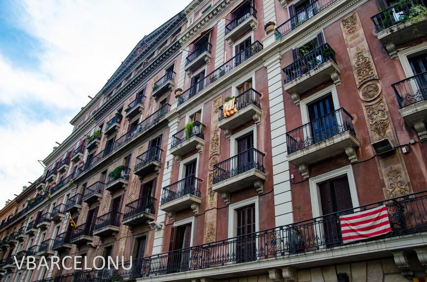 Практически на каждом доме есть каталонские флаги